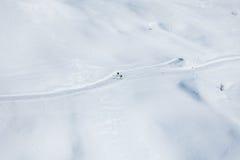 Twee skiërs die op de snowcapped bergen lopen Stock Afbeelding