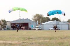 Twee skydivers die gelijktijdig met open valscherm landen royalty-vrije stock afbeeldingen