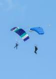 Twee skydivers die het skydiving met valschermen uitvoeren Stock Foto's
