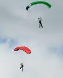Twee skydivers die het skydiving met valschermen uitvoeren Stock Afbeelding