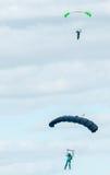 Twee skydivers die het skydiving met valschermen uitvoeren Stock Afbeeldingen