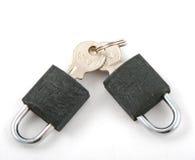 Twee sloten en twee sleutels Royalty-vrije Stock Foto's