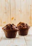 Twee smakelijke chocoladeschilfermuffins Stock Foto's