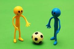 Twee smilies die voetbal spelen Stock Afbeelding