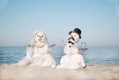 Twee Sneeuwmannen bij het overzees Royalty-vrije Stock Foto's