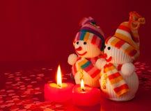 Twee sneeuwmannen met twee brandende hart gevormde kaarsen Royalty-vrije Stock Fotografie