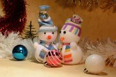 Twee sneeuwmannendecoratie met rood balspeelgoed voor de Kerstboom Stock Fotografie