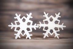 Twee Sneeuwvlokken op Hout II stock foto's