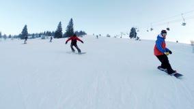 Twee snowboarders beklimt en maakt trucs stock video