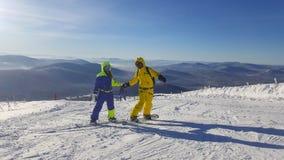 Twee snowboarders houden handen royalty-vrije stock foto's