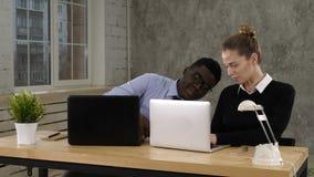 Twee softwareontwikkelaars die aan een nieuw project werken stock video