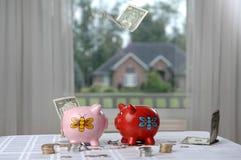Twee spaarvarkens en geld Stock Foto