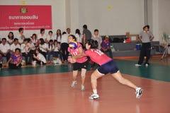 Twee spelers om hulp blokkerende bal te krijgen Stock Foto