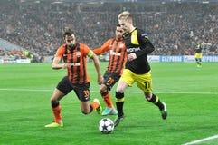 Twee spelers proberen om de bal Marco Reus op te nemen Stock Foto