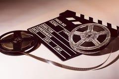 Twee spoelen van film met een klapfilm Stock Fotografie