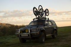 Twee sportenfietsen over jeep stock afbeelding