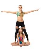 Twee sportieve meisjes die bij camera stellen Stock Foto's