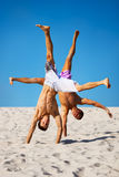 Twee sportsmans op strand Stock Foto's