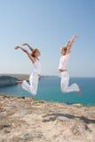 Twee springende vrouwen Royalty-vrije Stock Afbeelding