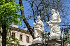 Twee standbeelden van heiligen in Krakau, Polen Stock Fotografie
