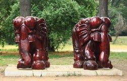 Twee standbeelden van olifanten in park Stock Afbeelding