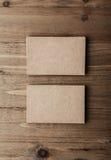 Twee stapel lege ambachtadreskaartjes op houten Verticaal als achtergrond Stock Fotografie
