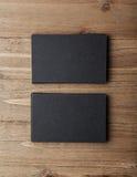 Twee stapel lege zwarte adreskaartjes op houten Verticaal als achtergrond Royalty-vrije Stock Afbeelding