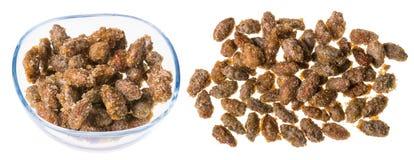 Twee stapels van vers geroosterde amandelen in karamel royalty-vrije stock afbeeldingen