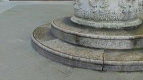 Twee stappen dichtbij het monument stock video