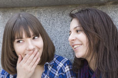 Twee stedelijke tienermeisjes die zich bij muur bevinden royalty-vrije stock afbeeldingen