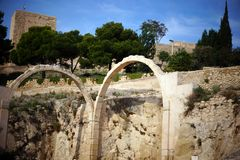 Twee steenbogen in het kasteel van Santa Barbara in Spanje royalty-vrije stock afbeelding
