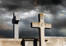 Twee steenkruis in de begraafplaats Stock Afbeelding