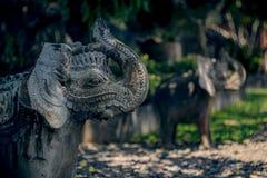 Twee steenstandbeelden van olifanten stock foto's