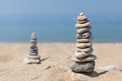 Twee steentoren op het strand Royalty-vrije Stock Afbeeldingen