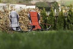 Twee stoelen in de tuin Royalty-vrije Stock Afbeeldingen