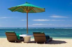 Twee stoelen en paraplu Royalty-vrije Stock Foto