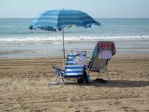 Twee stoelen onder één paraplu Royalty-vrije Stock Foto