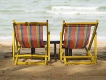 Twee stoelen op het strand Stock Afbeeldingen