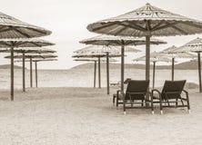 Twee stoelen op het strand Stock Fotografie