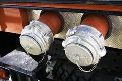 Twee stoppen die de verbindingen van de brandpomp voor opname van water van reservoir behandelen stock foto