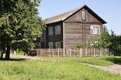 A twee-storeyed houten barak Royalty-vrije Stock Fotografie