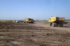 Twee stortplaatsvrachtwagens stock afbeelding