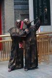 Twee straatkunstenaars in specifieke costums en met Stock Fotografie