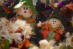 Twee Straw Scarecrows Smiling voor Halloween Stock Foto's