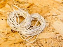 Twee strengen verdunnen kabel Spaanplaatachtergrond stock foto's
