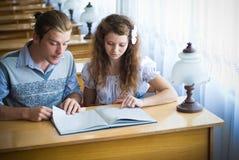 Twee studenten in bibliotheek Stock Foto's