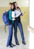 Twee studenten bij de universiteit royalty-vrije stock afbeeldingen