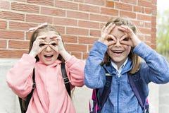 Twee studenten buiten op school die zich verenigen royalty-vrije stock foto