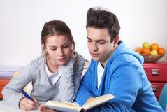 Twee studenten die met een boek leren royalty-vrije stock afbeeldingen