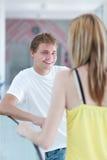 Twee studenten die/op campus flirten spreken Royalty-vrije Stock Fotografie